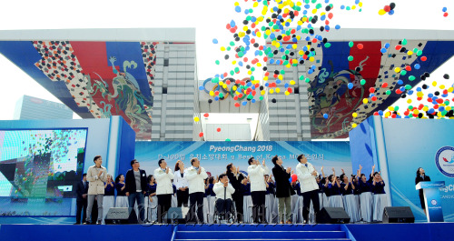 PyeongChang bid officials release balloons during a special ceremony at Olympic Park, Seoul, Monday. (Park Hyun-koo/The Korea Herald)