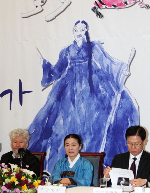 (From left) Opera director Achim Freyer, singer Ahn Suk-seon and Lim Youn-churl, president of the National Theater of Korea, sit in front of a painting of Ahn by Freyer at the Press Center in Seoul on Monday. (Yonhap News)