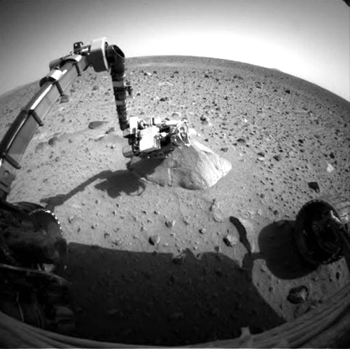 The surface of Mars is seen from the NASA's Exploration Rover Spirit on Jan. 28, 2004. The prospect of ever hearing from the stuck Mars rover Spirit is fading after it failed to respond to repeated calls from Earth. (AP-Yonhap News/NASA)