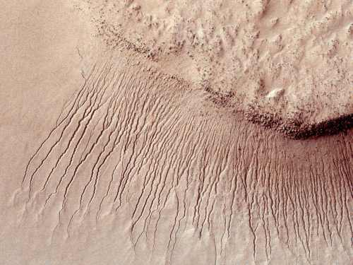 Portions of the Martian surface are seen in unprecedented detail from the High Resolution Imaging Science Experiment camera on NASA's Mars Reconnaissance Orbiter on Jan. 14, 2011. (AP-Yonhap News)