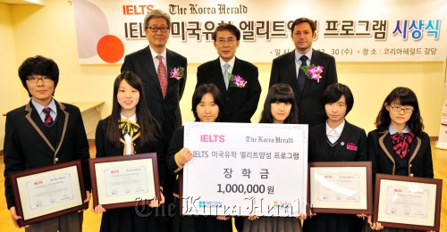 Six recipients (front row) of scholarship for students preparing to study in the U.S. through IELTS pose for a photo with IDP Education President Lee Young-min (left, back row), Managing Editor of The Korea Herald Chon Shi-yong (center) and Director of the British Council to Korea Roland Davies in the award ceremony in the auditorium of Herald Media Inc. in Seoul on Wednesday. The six are (from left) Lee Kun-woo, Lee Ji-won, Yoo Mi-rim, Lee Ye-ram, Oh Han-bit, and Lee Woo-jin. (Kim Myung-sub / The Korea Herald)