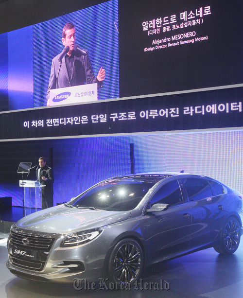 Renault Samsung design director Alejadro Mesonero introduces the new SM7 show car at the Seoul Motor Show on Thursday. (Yonhap News)