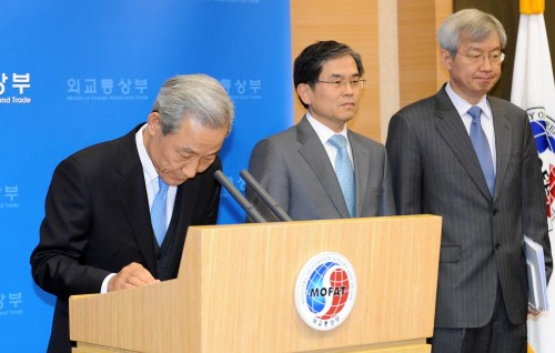 Trade Minister Kim Jong-hoon bows to apologize for the translation errors in the Korean version of the Korea-E.U. FTA documents at a news conference at the Ministry of Foreign Affairs and Trade in Seoul on Monday. (Lee Sang-sub/The Korea Herald)