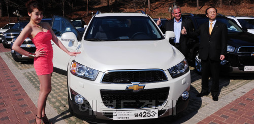 GM Korea Co. vice president for corporate affairs Jay Cooney (second from right) poses with the new Captiva SUV ― GM Korea's fourth Chevrolet model ― launched on the local market in Seoul on Tuesday. (Park Hyun-koo/The Korea Herald)