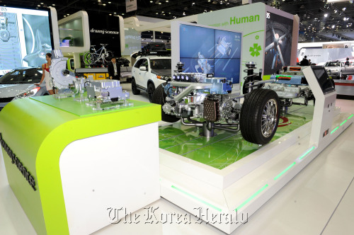 A model shows the mechanics behind hybrid electric vehicles.