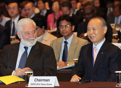 Vicente Gonzalez Loscertales (left), secretary general of Bureau International des Expositions, and 2012 Yeosu Expo Organizing Committee chairman Kang Dong-suk attend the Second International Planning Meeting for Expo 2012 in Seoul, Wednesday. (Yonhap News)