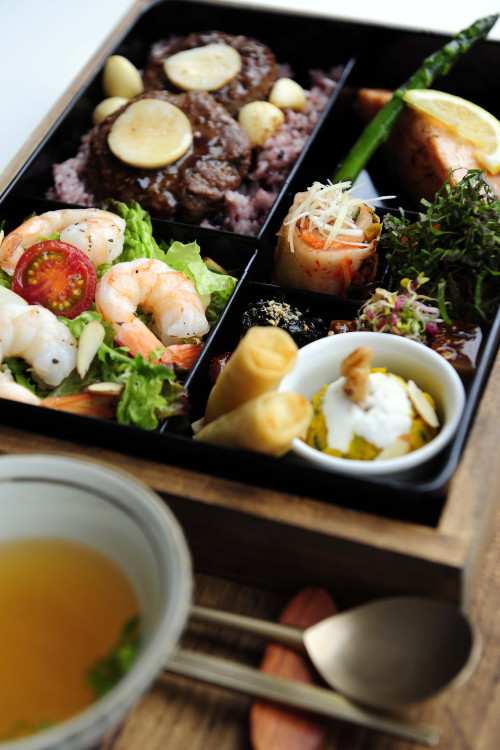 Ongkasomsi's upscale 35,000 won dosirak comes with juicy Korean-style hamburgersteaks, a hunk of pan-fried smoked salmon, shrimp salad, kabocha squash salad in tofu cream sauce, egg rolls and other tasty tidbits (Park Hae-mook/The Korea Herald)