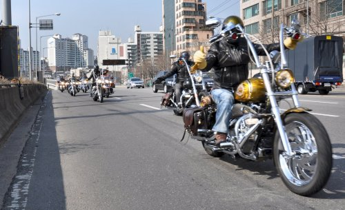 Good Guys on Seobinggo Street after Banpo Bridge on their way to a giant biker rally in the Yongpyong area. (Yoav Cerralbo/The Korea Herald)