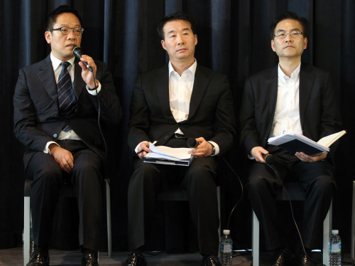 Hyundai Capital CEO Ted Chung (left) answers to questions raised by reporters on Sunday at the press conference on the hacking incident. Hyundai Capital, a financial unit of Hyundai Motor Group, said Sunday that financial information of some customers had been accessed by a hacker. (Yonhap News)