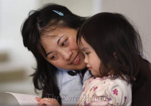 Fawn Lee with her daughter, Ellen, 3. Lee talked about her life and her illness while being videotaped by videographers from LifeChronicles in her San Jose, California, home, March 26. (San Jose Mercury News/MCT)