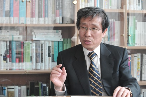 Kim Seong-kon, director of the Seoul International Forum for Literature, speaks in his office at Seoul National University in Seoul on March 31. (Chung Hee-cho/The Korea Herald)