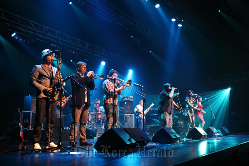 Acid jazz band Incognito held a concert in Seoul on Saturday, after a series of concerts in Japan from late March to early April, despite the quake and tsunami. (Southernstar Entertainment)