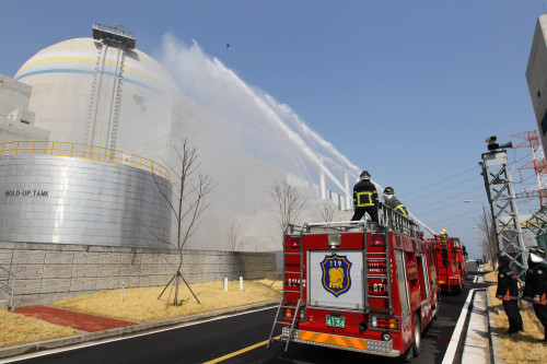 Firefighters in an emergency drill at the Gori nuclear power plant in Busan on Wednesday. (Yonhap News)