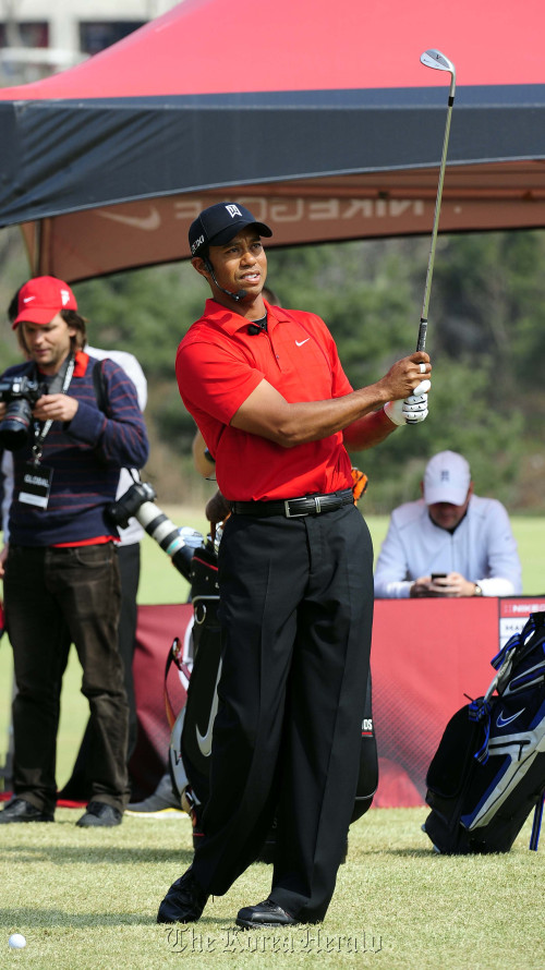 Former No. 1 golfer Tiger Woods takes a shot during a clinic for junior golfers at Jade Palace Golf Club in Chuncheon, Gangwon Province, Thursday. (Park Hae-mook/The Korea Herald)