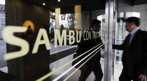 An employee enters the Sambu Construction building in Seoul on Thursday. (Park Hae-mook/The Korea Herald)