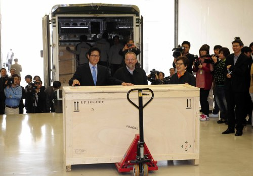 """From left: Culture, Sports and Tourism Minister Choung Byoung-gug, the National Library of France curator Laurent Hericher and the National Museum of Korea director-general Kim Young-na stand behind a wooden crate containing """"Uigwe,"""" Korea's ancient royal books, at the National Museum upon its arrival from Paris on Thursday. (Park Hae-mook/The Korea Herald)"""