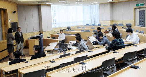 KAIST students attend a meeting recently amid controversy over competition at the college on Tuesday. (Park Hae-mook/The Korea Herald)