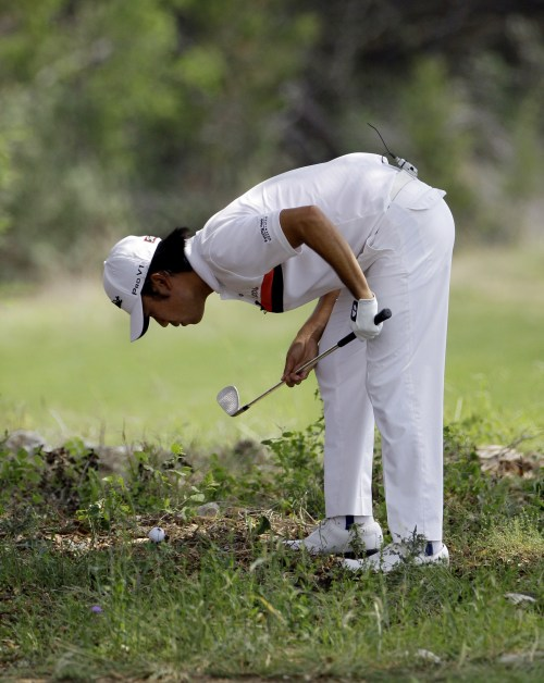 Kevin Na looks at his lie on the eighth hole during the first round of the Texas Open golf tournament in San Antonio, San Antonio on Thursday. (AP-Yonhap News)