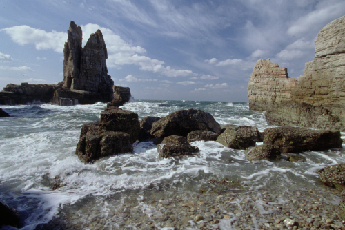 Dumujin, which consists of rocks jutting towards the sky, is one of the must-sees in Baengnyeong Island. (Ongin County)