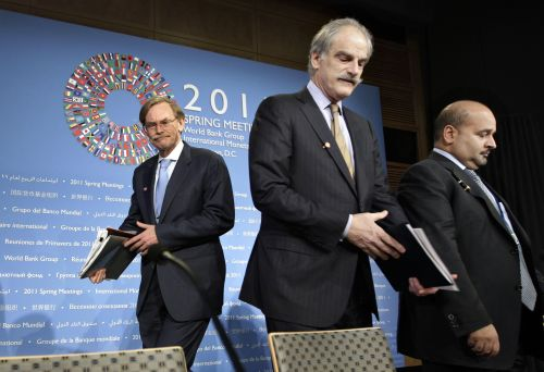 World Bank President Robert Zoellick (left), IMF First Deputy Managing Director John Lipsky (center) and Development Committee Chairman Ahmed bin Mohammed Al Khalifa, minister of finance for the Kingdom of Bahrain, arrive for a briefing on work by the Development Committee at the IMF/World Bank meetings in Washington on Saturday. (AP-Yonhap News)
