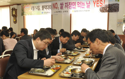 People are eating Chinese noodles on April 14, Black Day, in Korea. (Yonhap News)