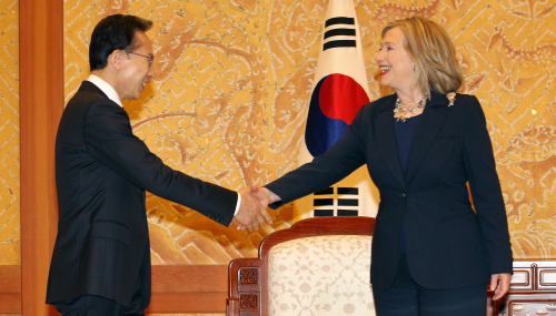 (LEE-CLINTON TALKS — President Lee Myung-bak shakes hands with U.S. Secretary of State Hillary Clinton before their talks at Cheong Wa Dae on Sunday. Yonhap News)