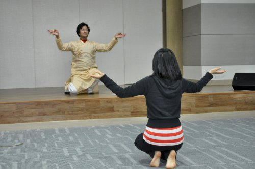 Manojaay Dbral (on stage) teaches kathak dance at the newly opened Indian Cultural Center. (Yoav Cerralbo/The Korea Herald)