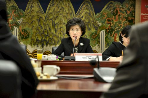 Minister of Health and Welfare Chin Soo-hee discusses medical tourism options with the diplomatic corps. (Yoav Cerralbo/The Korea Herald)