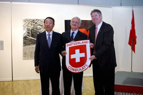 Swiss Ambassador Thomas Kupfer (center) is accompanied by former honorary consul to Busan Kang Soo-hun (left) and his replacement, Jan Bremer. (Switzerland Embassy)