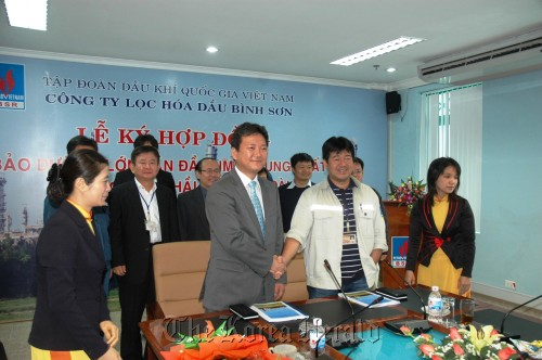 BSR CEO Nguyen Hoi Jiang (right) and Daechang Corp. vice president Son Mu-hyeong after signing a contract in Vietnam, Monday. (SK Energy)