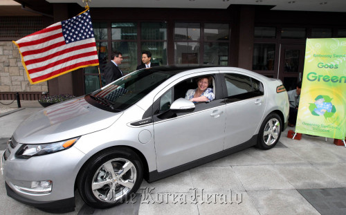 U.S. Ambassador to Korea Kathleen Stephens drives a Chevrolet Volt electric car at the embassy in Seoul on Monday. (GM Korea Co.)