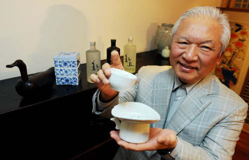 KwangJuYo CEO Cho Tae-kwon holds a special soju drinking vessel that prevents the drinker from overfilling the cup. (Park Hyun-koo/The Korea Herald)