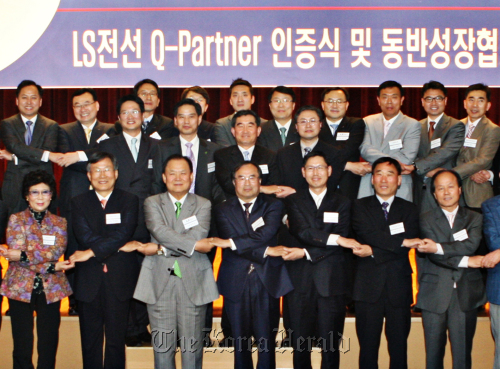 LS Cable and System president Son Jong-ho (third from left, front row) with heads of the company's suppliers at its office in Anyang, Gyeonggi Province on Tuesday. (LS Cable and System)
