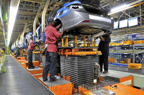 Workers assemble vehicles at Hyundai Motor Co.'s plant in Montgomery, Alabama. (Bloomberg)