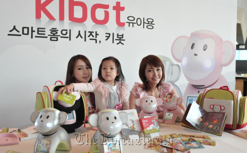 """KT Corp. plans to launch next week in the local market the """"kibot,"""" an Internet-connected robot meant to serve as a child's friend and teacher. (Chung Hee-jo/The Korea Herald)"""