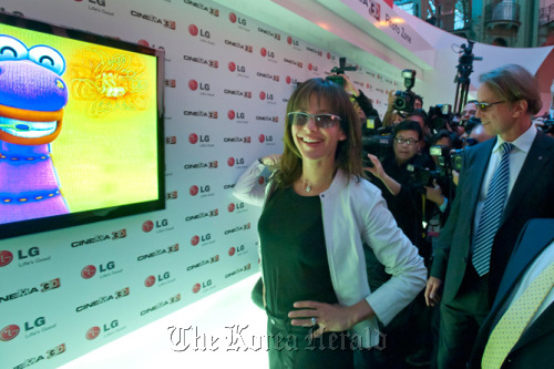 "French actress Sophie Marceau attends a launch ceremony for LG Electronics' ""Cinema 3-D"" television for Europe in Paris on Thursday. (LG Electronics)"