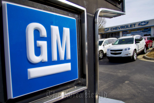 A General Motors Co. Chevrolet Equinox crossover vehicle sits on display at the Bobby Murray Chevrolet dealership in Raleigh, North Carolina. (Bloomberg)
