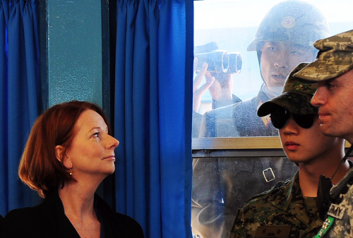 (Australian Prime Minister Julia Gillard (left) watches a North Korean soldier looking through the window as she pays a visit to the conference room of the United Nations Command Military Armistice Commission at Panmunjeom Sunday. Yonhap News)