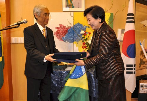 Brazil Ambassador Edmundo Fujita (left) appoints Hyundai Group chairperson Hyun Jeong-eun as honorary consul for the southern portion of the nation. (Yoav Cerralbo/The Korea Herald)