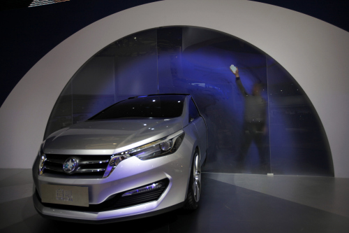 A worker wipes a display at Venucia for the new local Chinese brand by Nissan Motor at the Shanghai International Auto Show. (AP-Yonhap News)