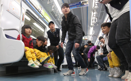 Citizens participate in the earthquake exercise held in Incheon Metro subway station in March 30. (Yonhap News)