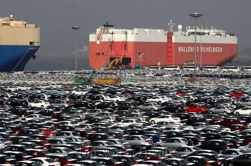 Kia Motors Corp.'s vehicles wait to be loaded at Pyeongtaek Port in Gyeonggi Province. The company's first quarter exports increased 37.5 percent from a year ago, while that of Hyundai Motor Co. rose 5.2 percent. (Bloomberg)