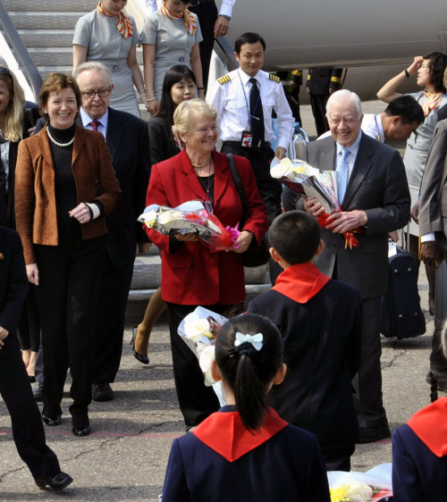 Former U.S. President Jimmy Carter is welcomed by North Koreans as he arrives in Pyongyang on Tuesday morning. Carter is accompanied by former Finnish President Martti Ahtisaari, former President of Ireland Mary Robinson and ex-Norwegian Prime Minister Gro Brundtland. (Yonhap News)