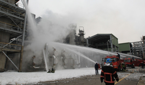 Fire fighters put out a blaze at an SK Energy factory in Incheon on Tuesday afternoon.(Yonhap News)