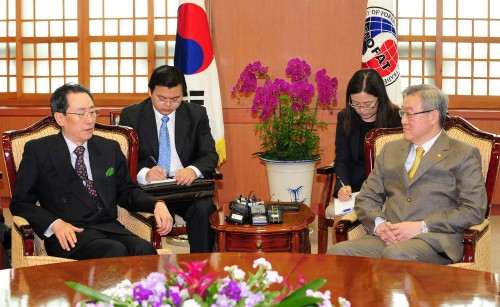China's chief nuclear envoy Wu Dawei (left) meets with South Korean Foreign Minister Kim Sung-hwan in his office in Seoul on Wednesday to discuss the stalled six-party denuclearization talks and other pending issues on the Korean Peninsula. (Park Hae-mook/The Korea Herald)