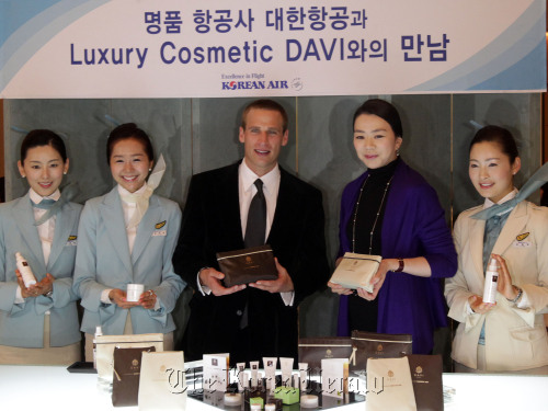 Heather Cho (fourth from left), senior vice president at Korean Air and DAVI's chairman Carlo Mondavi (third from left) after featuring a new amenity cosmetic skin care set for business and first class passengers in Incheon on Wednesday. (Korean Air)