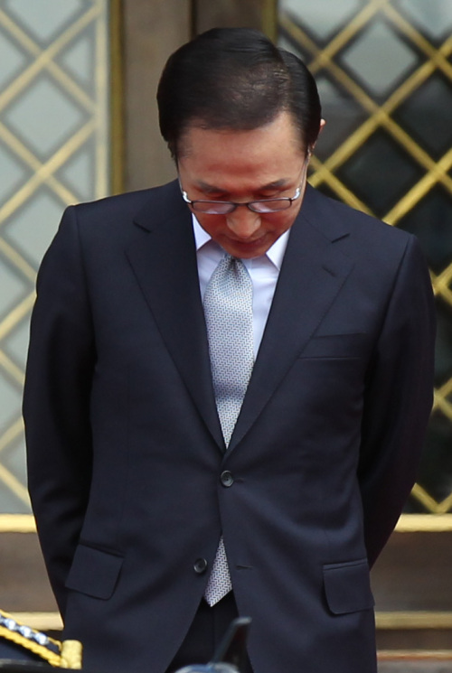 President Lee Myung-bak walks down the steps to greet Iraqi Prime Minister Nouri al-Maliki at Cheong Wa Dae in Seoul on Thursday. (Yonhap News)