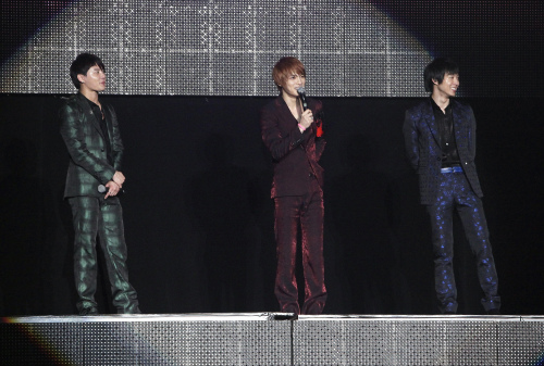 (From left to right) JYJ's Kim Jun-su, Kim Jae-joong, Park Yoo-chun talk to Thai fans during their Bangkok Concert on April 3. (Yonhap News)