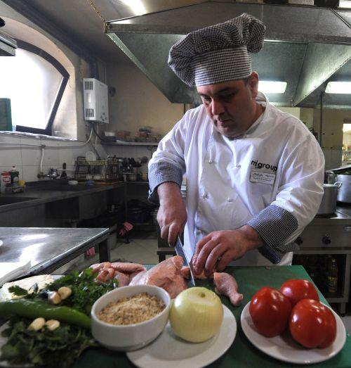 Group restaurant chain cook Malkhaz Maisashvili prepares peasant food at a restaurant in Tbilisi. (AFP-Yonhap News)
