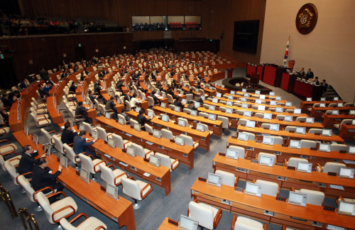 Lawmakers attend a parliamentary session on Thursday. Yonhap News
